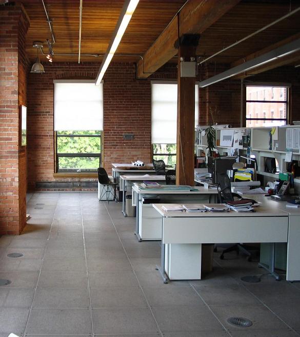 Los colores cálidos y el uso de madera como equipamiento de oficinas ayudan al empleado a sentirse como en casa