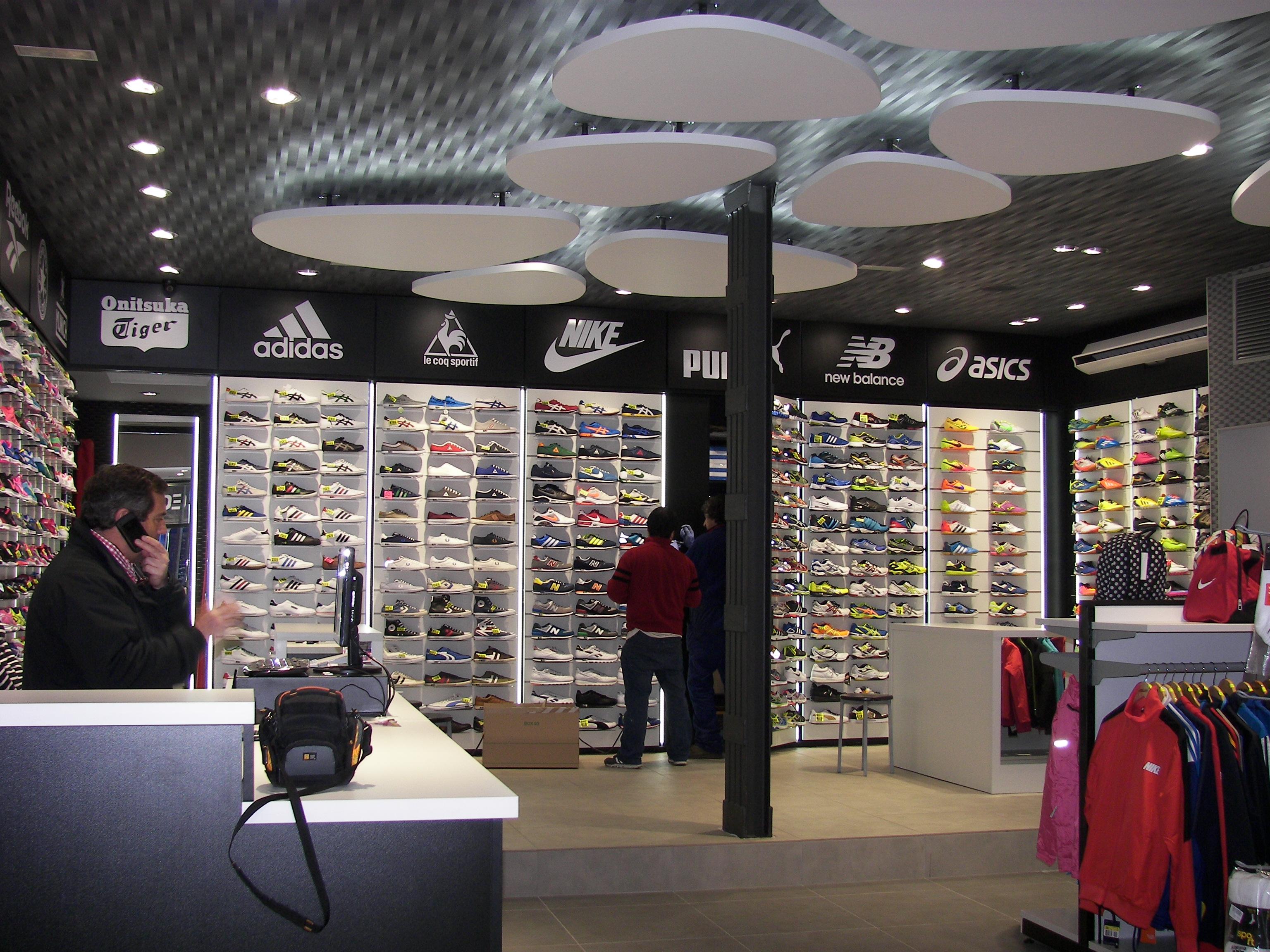El equipamiento comercial de una tienda deportiva abundan las imágenes